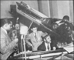 "Roy ""Little Jazz"" Eldridge (Trumpet), Israel Crosby (Bass), Harry Lim (Produser), Coleman Hawkins (Piano), dan yang terlindung penutup piano itu diperkirakan Cozy Cole (Drums)."