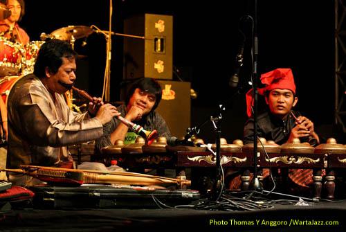 Yoyon Dharsono memainkan Tarompet berinteraksi dengan instrumen Pui-Pui