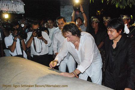 Putu Rudana, Toninho Horta dan Dwiki Dharmawan saat menandatangani Prasasti