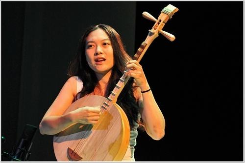 Photo of Jen Shyu, Sang Seniwati Vokal Sejati