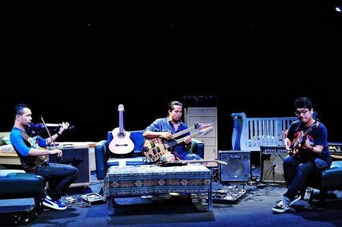 Balawan (gitar), Didiet (violin) dan Fajar Adi Nugroho (bas), Teater Salihara Jakarta (Foto: Witjak/Salihara)
