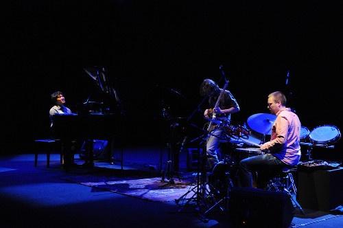 sri-hanuraga-trio-jazz-buzz-salihara-2013.jpg