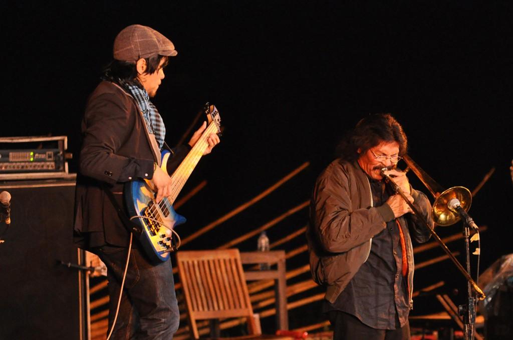 Barry Likumahuwa Project bersama Benny Likumahuwa, penampilan apik yang menutup Jazz Gunung 2013 (Photo : Iyori/2013)