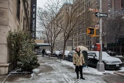 "Shirley Zafirau di bawah tanda jalan West 77th yang akan berganti nama ""Miles Davis Way"" (Foto oleh Emon Hassan)"