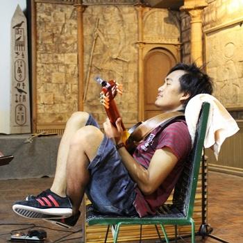 Dias di sela-sela sesi rekaman di Pyramid Cafe, Yogyakarta (foto oleh Endra Djawanai)