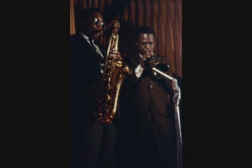 Miles dan John Coltrane (Foto oleh Robert W. Kelley, 1958)
