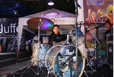 Penampilan Raffie memainkan drumnya