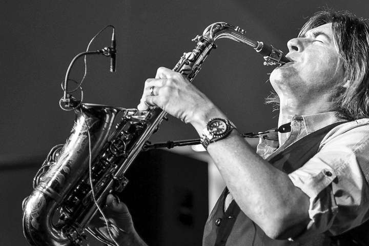 Photo of Warren Hill, saksofonis smooth jazz yang persisten