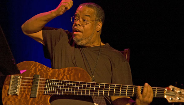 Photo of Anthony Jackson, sang pionir gitar bas dawai enam