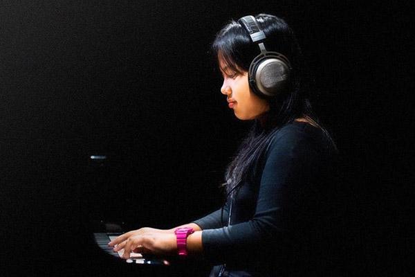 Photo of Wawancara dengan pianis Jazz muda Indonesia, Nadine Adrianna